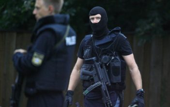 Policemen stand near the Carolinum secondary school in Ansbach, southern Germany on September 17, 2009. A 18-year-old man went on a rampage in his school, lobbing Molotov cocktails and injuring 10 people, three seriously, before being shot and arrested by police, authorities said. AFP PHOTO DDP /TIMM SCHAMBERGER   GERMANY OUT